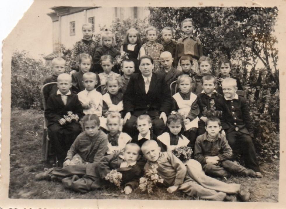 Школярі біля церкви в Доротичах (рік невідомий)