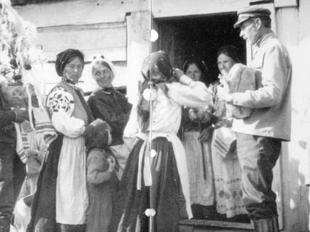 Весілля в Немовичах, входини з короваєм до хати, Сарненський повіт, фото С. Двораковського, 1935-1937 роки