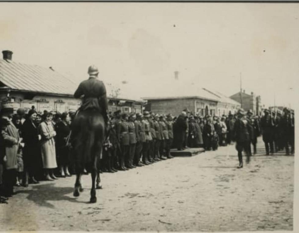 Польські офіцери на військових урочистостях. Сарни, вулиця Широка. Один з будинків - перукарня, інший - аптека.