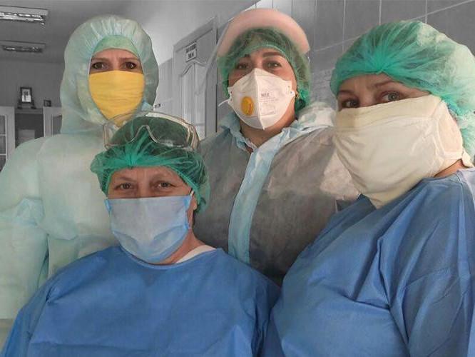 Це працівниці чергового посту відділення реанімації у Сарненській районній лікарні. Тут уперше на Рівненщині зіштовхнулися з коронавірусом. Відтоді минуло три місяці. Люди розслабилися, а вірус став агресивнішим
