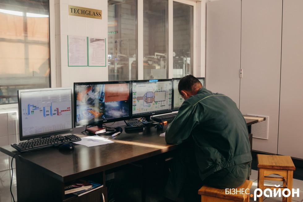 У кімнаті управління і контролю за роботою печі